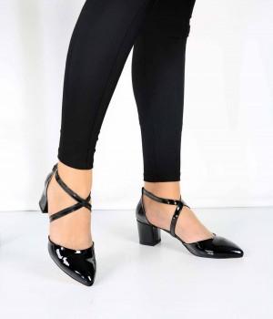 Siyah Rugan Çapraz Bant Kapalı Burun Topuklu Kadın Ayakkabı