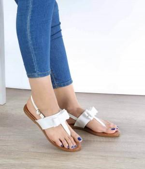 Beyaz Cilt Parmak Arası Fiyonk Detaylı Kadın Sandalet